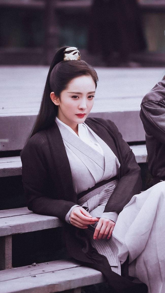 """Năm 2020, Dương Mịch bận rộn với dự án phim """"Cửu Châu Hộc Châu phu nhân"""" đóng cặp với Trần Vỹ Đình. Trước đó, đoàn phim đã tung ra tạo hình giả trai của nữ diễn viên gây ấn tượng với thần thái cuốn hút. Tuy nhiên, không ít người cho rằng, dù cải nam trang song vòng một của Dương Mịch lại nhô cao."""
