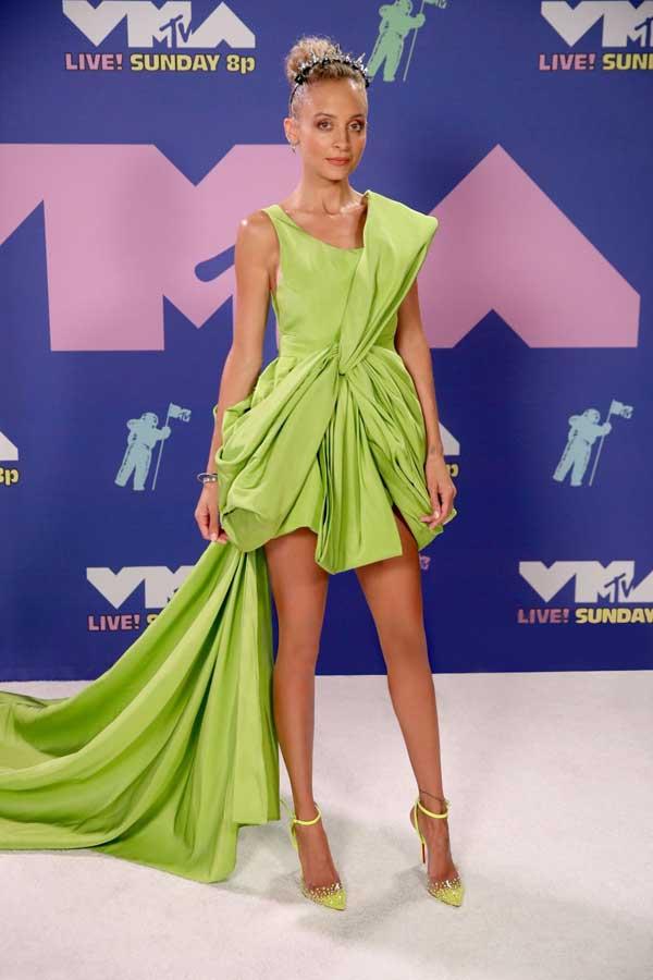 """Minh tinh Hollywood Nicole Richie """"đụng"""" váy xanh tuyệt đẹp với Hà Hồ, Tóc Tiên - 1"""