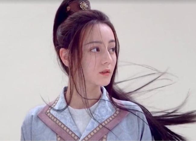 Ở bức ảnh đã qua chỉnh sửa, Địch Lệ Nhiệt Ba trông thần thái và cuốn hút hơn.