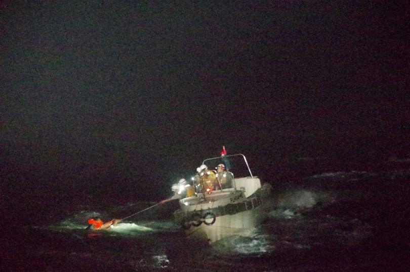 Người sống sót kể điều hãi hùng khi tàu hàng lao vào siêu bão mạnh nhất Thái Bình Dương năm 2020 - 1