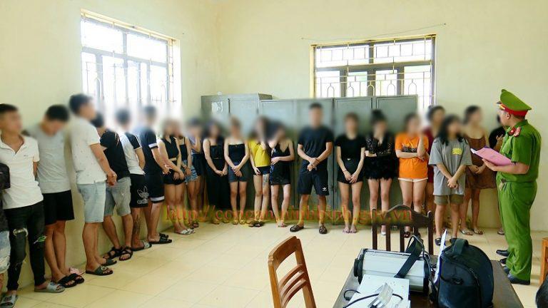 13 cô gái mở tiệc thác loạn cùng bạn trai trong khách sạn - 1