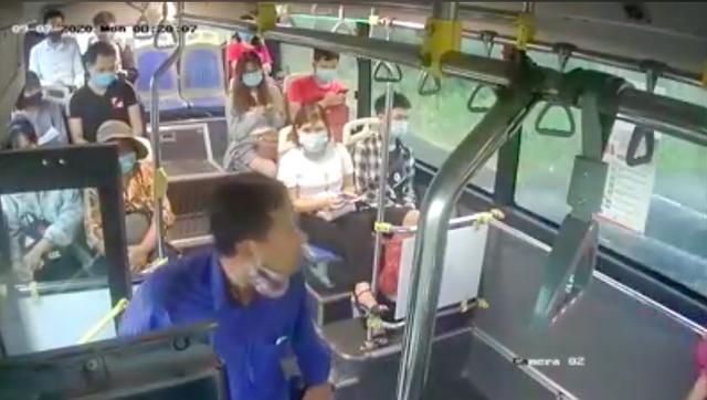 """Người đàn ông liên tiếp """"phun mưa"""" vào nữ phụ xe buýt khi được nhắc đeo khẩu trang - 1"""