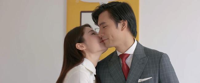 """Bộ phim hot nhất trên VTV3 trong khung giờ vàng """"Tình yêu và tham vọng"""" sắp đi đến tập cuối. Khán giả mong muốn có một cái kết đẹp cho cặp nhân vật chính Minh (Nhanh Phúc Vinh) """"tổng tài"""" và Linh (Diễm My 9X). Phải tới những tập gần đây, cặp đôi này mới có những nụ hôn ngọt ngào khi tình yêu đến từ hai phía. Cùng điểm lại những nụ hôn đặc biệt trong bộ phim này."""