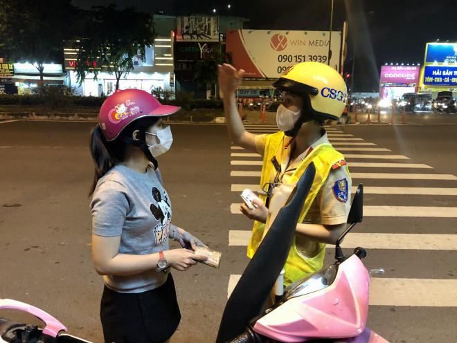 """Lời nhắn nhủ """"ngọt lịm"""" của nữ CSGT trên đường Phạm Văn Đồng - 1"""