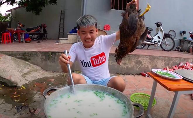 Con trai bà Tân Vlog bị xử phạt 7,5 triệu vì nấu cháo gà nguyên lông đăng YouTube - 1