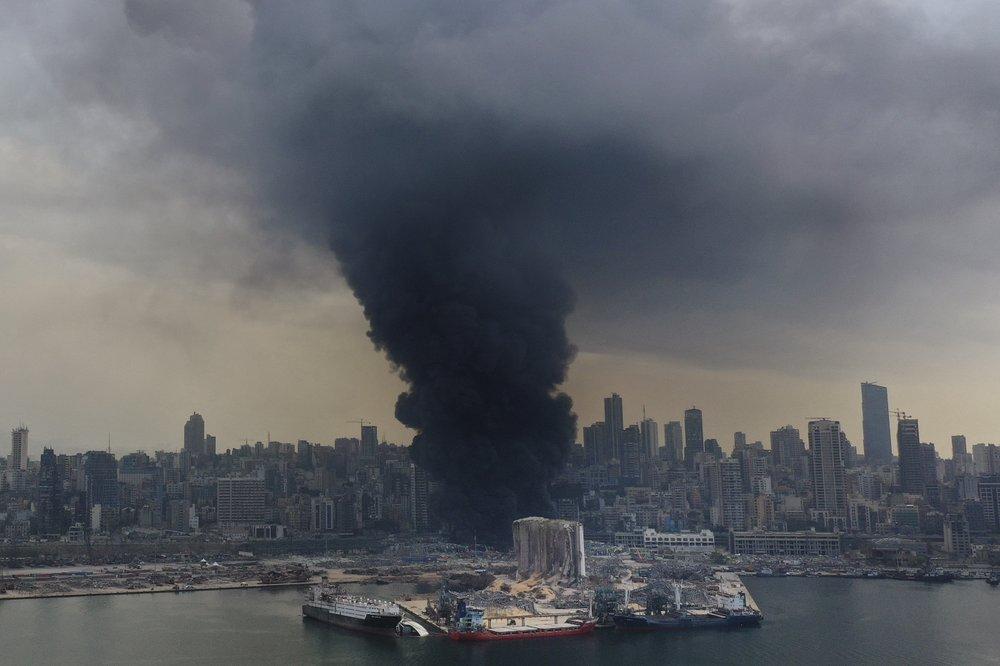 Liban: Hơn một tháng sau vụ nổ kinh hoàng, lửa lại ngùn ngụt phụt lên tại cảng Beirut - 1