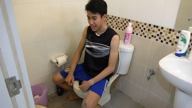 Đang ngồi toilet, bị trăn ngoi lên cắn của quý đến mức nhập viện - 1
