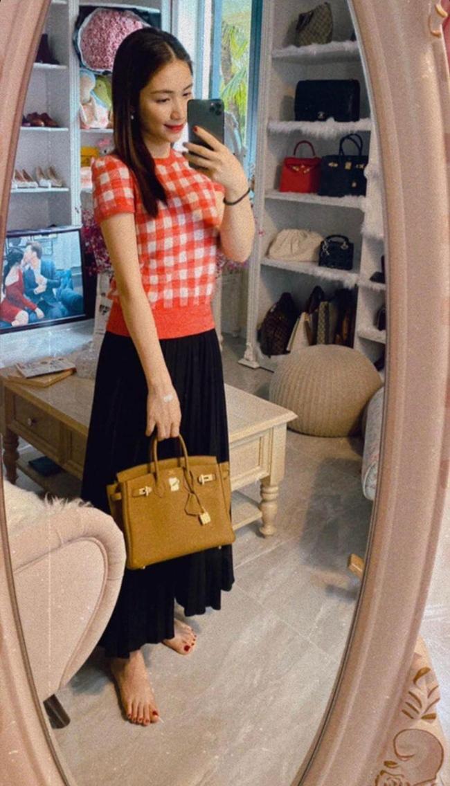 """Vài năm gần đây, Hòa Minzy có sự thay đổi đáng kể về nhan sắc. Nữ ca sĩ quê Bắc Ninh """"lên đời"""" phong cách thời trang, diện hàng hiệu từ đầu tới chân. Mới đây, giọng ca sinh năm 1995 khéo léo khoe chiếc túi hàng hiệu vừa """"tậu"""". Dù đã sở hữu bộ sưu tập túi xách hàng hiệu đủ thương hiệu và kiểu dáng song Hòa Minzy vẫn có niềm đam mê với món đồ này. Nữa ca sĩ viết: """"Tôn trọng giá trị bản thân thì dành cho bản thân những thứ mình thích và mình xứng đáng, còn mắc hay rẻ cũng chỉ để đeo thôi""""."""