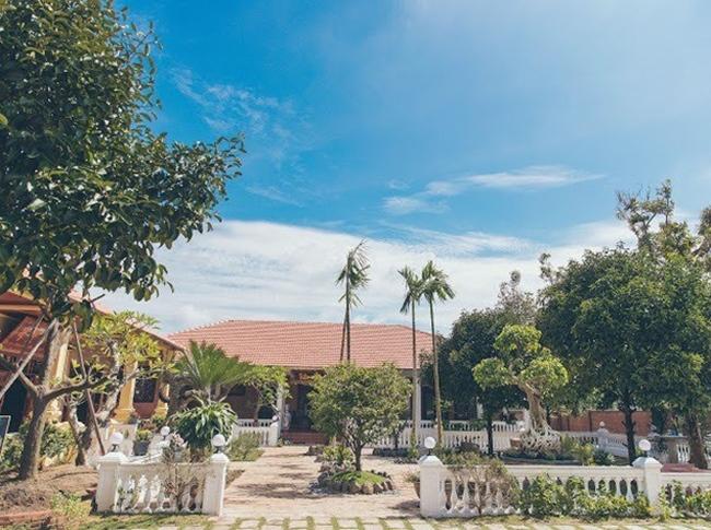 """Biệt phủ của diễn viên """"Kiều nữ và đại gia"""" có 2 gian nhà chính: Một gian để thờ Phật, tổ nghiệp và gia tộc họ Trần - Lê, gian thứ hai dành cho gia đình ở, gian cuối để tổ chức tiệc và đón khách."""