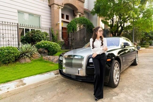 """Ngoài resort triệu đô, nữ diễn viên """"Mùa hè lạnh"""" còn có 2 hai chiếc xe sang đắt đỏ. Một là chiếc Rolls-Royce Ghost giá 40 tỉ và chiếc thứ hai là Jaguar F-Type R Convertible có giá lên tới 13 tỷ."""