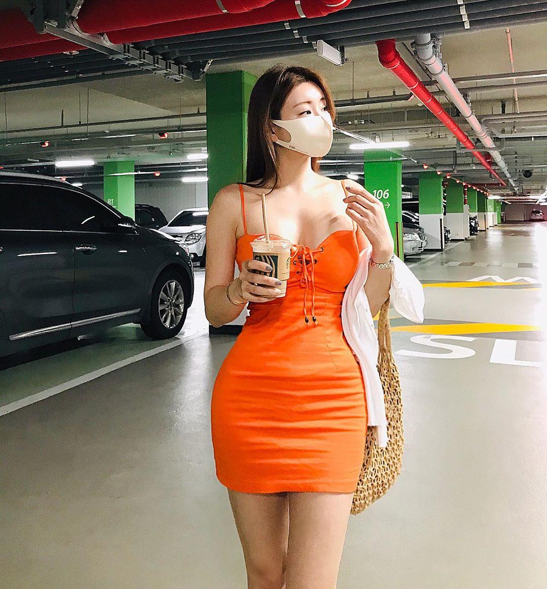 """Người đẹp giấu mặt xứ Hàn sở hữu dáng cong """"sóng thần"""" nhờ múa cột - 1"""