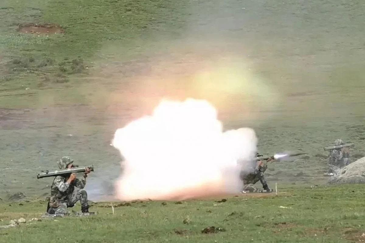 Những vũ khí bí mật, chưa từng xuất hiện được TQ tung ra trong tập trận sát biên giới Ấn Độ - 1