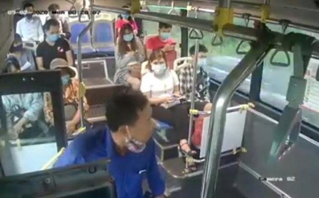 Xác định danh tính người đàn ông nhổ nước bọt vào nữ phụ xe buýt - 1