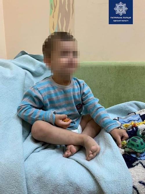 Mẹ đi chơi với bạn, cậu bé 3 tuổi bị bỏ mặc trong nhà suốt 3 ngày, phải ăn cả túi nylon - 4