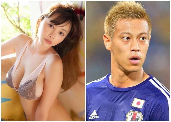 """Anri Sugihara được biết đến là thánh nữ siêu vòng 1 Nhật Bản. Cô đào từng gây sốt làng giải trí châu Á khi """"cả gan"""" công khai tỏ tình với chàng cầu thủ Honda Keisuke vào năm 2015, bất chấp việc anh chàng đã có vợ. Tuy nhiên, Keisuke vẫn làm ngơ trước """"lời mời"""" của nữ diễn viên nóng bỏng."""
