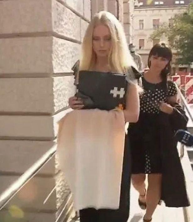 Slovenia: Cô gái trẻ xinh đẹp tự cưa đứt bàn tay để đòi tiền bảo hiểm và cái kết - 1