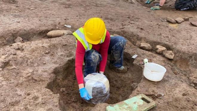 Xới vườn rau xây bệnh viện, mở cửa mộ cổ kỳ dị 4.000 năm - 1