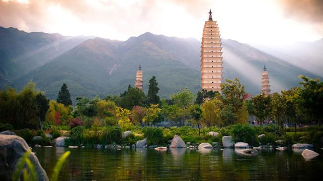 Sùng Thánh tự Tam Tháp, Đại Lý, Vân Nam: Ngôi tháp cổ nhất trong số 3ngôi tháp Phật giáo này có từ giữa thế kỷ thứ 9. Với chiều cao 69m và 16 tầng, nó là 'tòa nhà chọc trời' vào thời nhà Đường và là ngôi chùa cao nhất ở Trung Quốc.