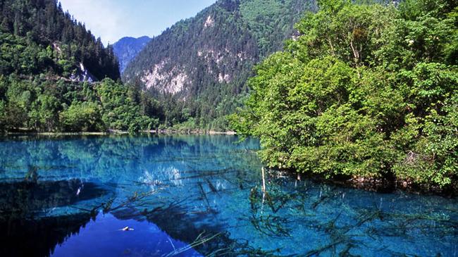 Cửu Trại Câu, Tứ Xuyên: Cửu Trại Câu là một khu vực có nhiều hồ tuyệt đẹp trên núi chứa làn nước lạ thường thay đổi màu quanh năm nhờ tảo dưới đáy hồ cùng sự phản chiếu của lá cây xung quanh.