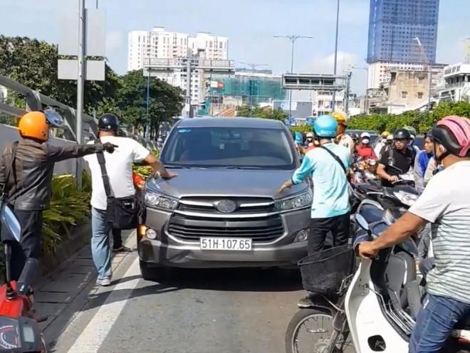 Sự thật bất ngờ vụ 5 xe máy rượt ô tô hô 'cướp cướp!' - 1
