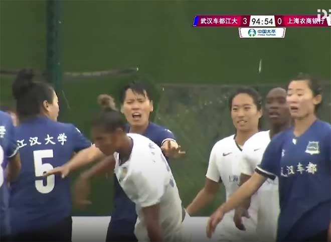 Hỗn loạn ẩu đả bóng đá nữ Trung Quốc, cầu thủ bị đấm vào gáy nguy hiểm - 1