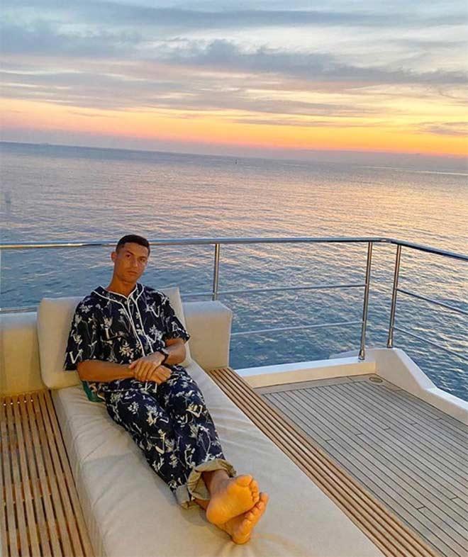 Ronaldo diện đồ lạ mắt, bạn gái mỹ nhân khoe ảnh bikini nóng bỏng - 1