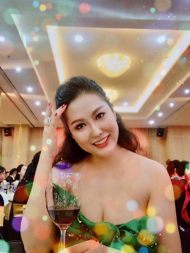 Váy áo trễ nải của Phi Thanh Vân khiến cô là tâm điểm chú ý trong buổi tiệc.