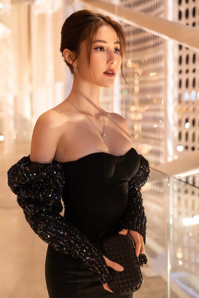 Nữ diễn viên Diễm My 9X khoe vẻ gợi cảm trong chiếc đầm buông lơi.