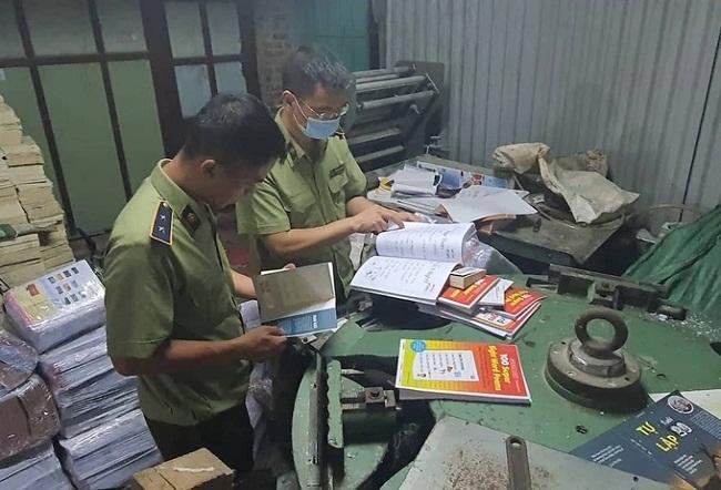 Hà Nội: Hàng chục nghìn sách nghi in lậu bị phát hiện, thu giữ - 1