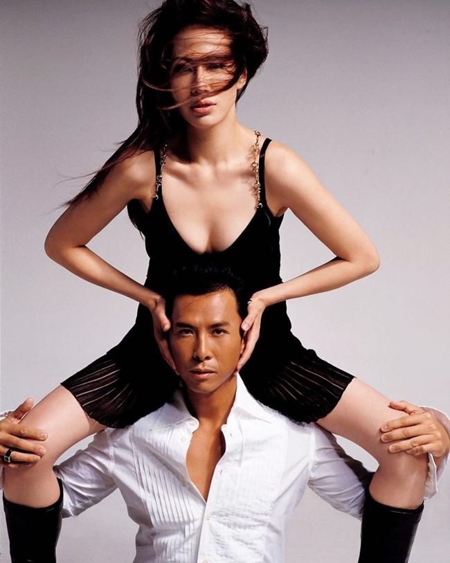 """Sau cuộc hôn nhân đầu đổ vỡ, tài tử """"Diệp Vấn"""" kết hôn với Uông Thi Thi vào năm 2003. Bà xã anh là tiểu thư lá ngọc cành vàng, con gái """"vua kim cương"""" ở Canada. Bố cô là doanh nhân giàu có trong lĩnh vực kinh doanh trang sức và được mệnh danh """"Vua kim cương"""" trong giới Hoa kiều tại Canada."""