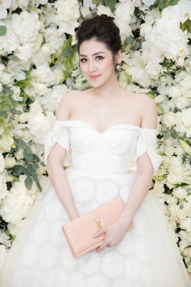 Á hậu Tú Anh đẹp mơ màng với chiếc váy buông lơi dây áo.