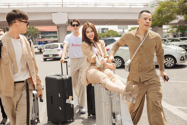 """Vũ Khắc Tiệp và dàn chân dài bị chỉ trích vì màn xuất hiện """"hoành tráng"""" ở sân bay Tân Sơn Nhất - 1"""
