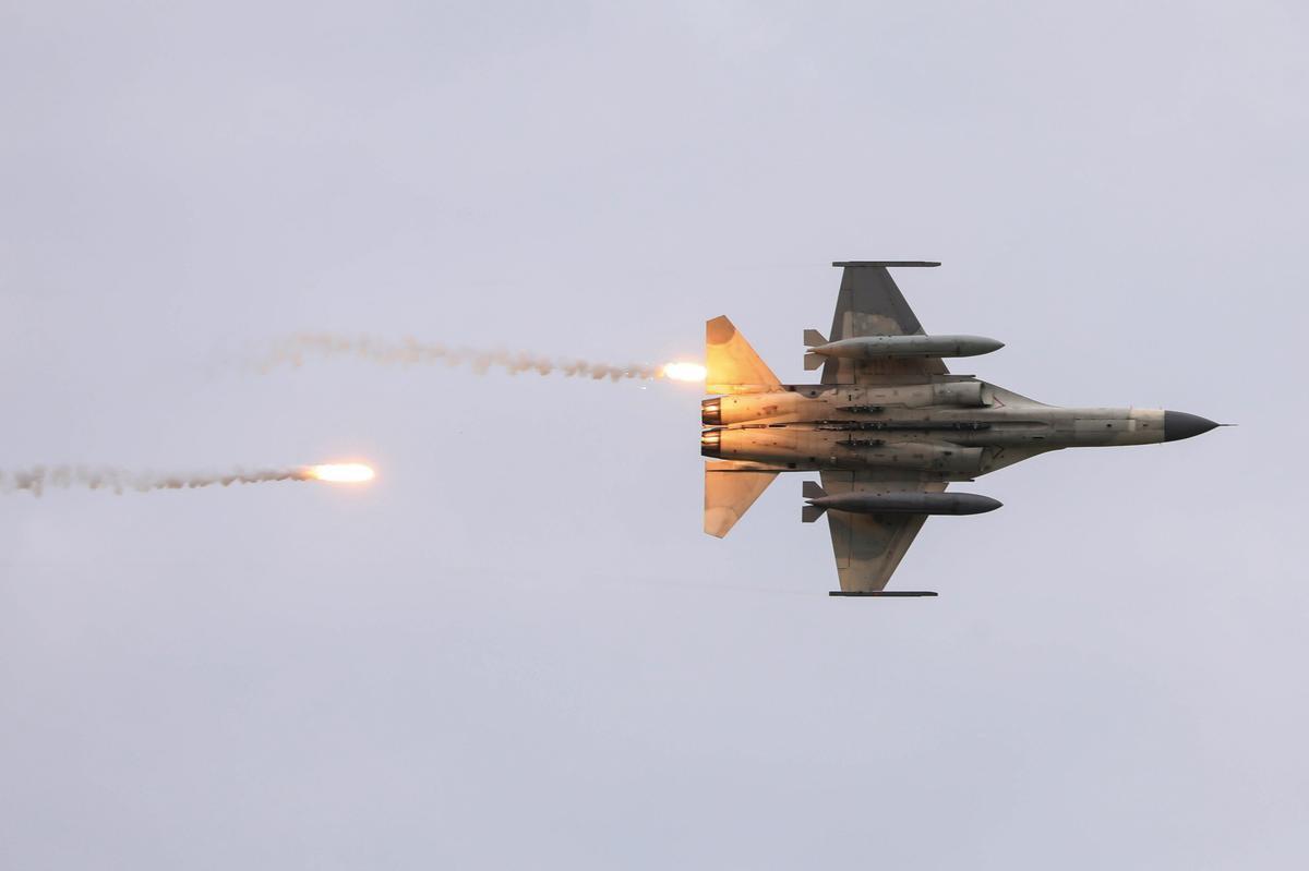 """Quan chức cấp cao Mỹ lại tới Đài Loan, 2 máy bay quân sự TQ """"tiếp đón"""" - 1"""