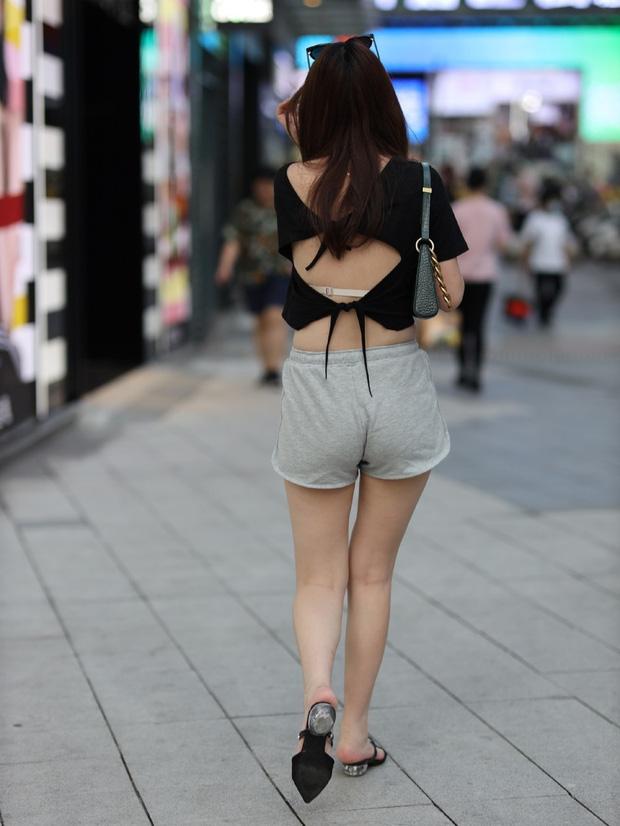 Chị em châu Á diện thời trang đi ngủ xuống phố - 1
