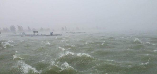 Chùm ảnh trước bão: Đà Nẵng mưa xối xả ngập đường, sấm sét vang trời - 1