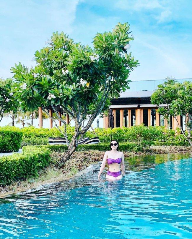 """Tuy nhiên,doLã Thanh Huyền chụp ảnh khi đang ẩn mình dưới mặt nước hồ bơi, nên bộ bikini cũng bị""""tàng hình"""", nếu không để ý sẽ không nhìn ra. Ở một số hình ảnh khác, nữ diễn viên lộ diện với bộ bikini màu tím."""