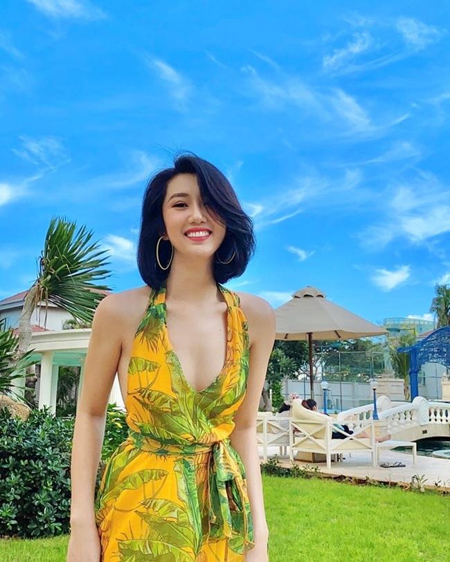Thúy Ngân sinh năm 1991 cao 1,7 m với số đo 3 vòng là 90-60-89. Cô tham gia cuộc thi Nữ hoàng trang sức 2009 và đoạt giải á khôi 1 cùng giải phụ Người đẹp hình thể. Sau đó, nữ diễn viên tiếp tục ghi danh tại cuộc thi Hoa hậu Việt Nam 2010 nhưng chỉ lọt top 20.