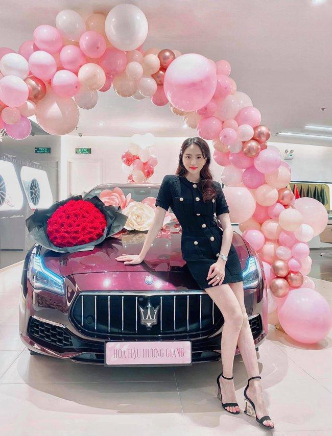 Cách đây ít ngày, dân mạng xôn xao với bức ảnh Hương Giang và bạn trai doanh nhân người Singapore cùng có mặt trong buổi nhận xe mới.