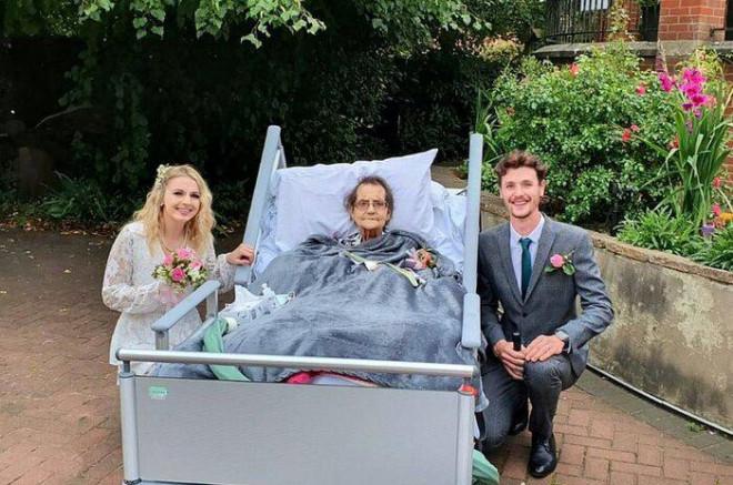 Cặp đôi tổ chức đám cưới trong nhà an dưỡng, biết lý do ai cũng xúc động - 1