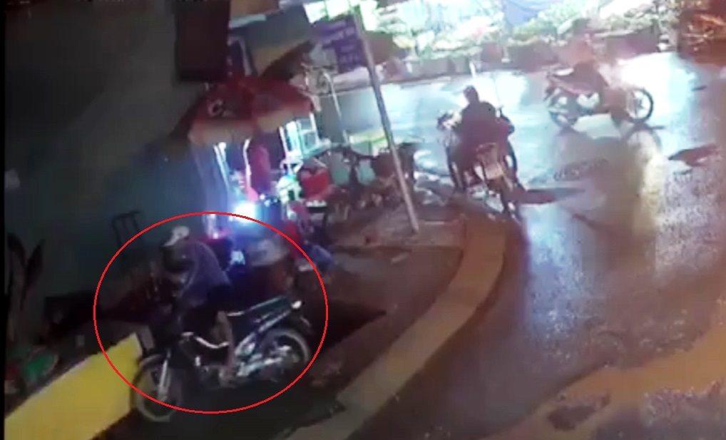 Thanh niên cùng xe máy rơi xuống hố sâu hơn 3m ở Sài Gòn - 1