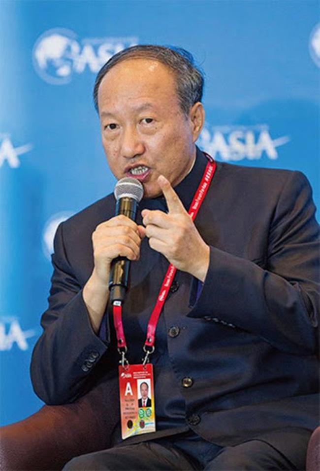 Trần Phong sinh năm 1953 tại Hoắc Châu, tỉnh Sơn Tây và lớn lên ở Bắc Kinh. Ông từng học về quản lý vận tải hàng không ở Đức.
