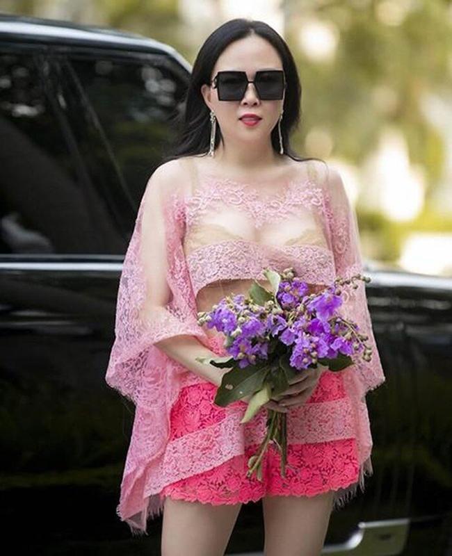 Phượng Chanel - bạn gái Quách Ngọc Ngoan cũng mắc lỗi lộ nội y tương tự dù diện bộ đồ vô cùng xuất sắc.