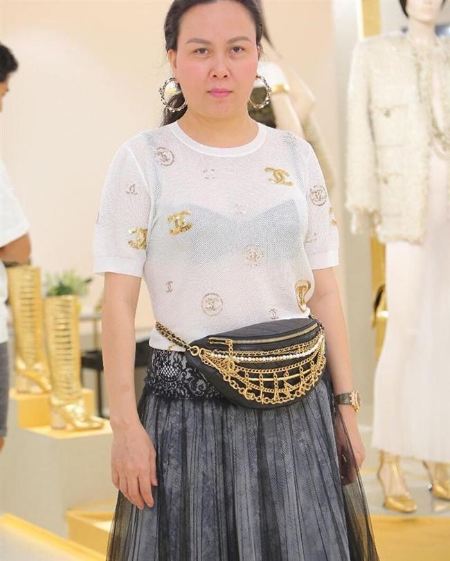 Trước đó, nữ doanh nhân quê Thanh Hóa cũng bị chê vì mặc nội y đen kết hợp với áo thun màu trắng.