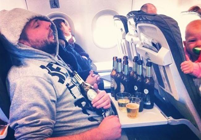 Đường bay quá dài nên tranh thủ tổ chức tiệc tùng trên máy bay.