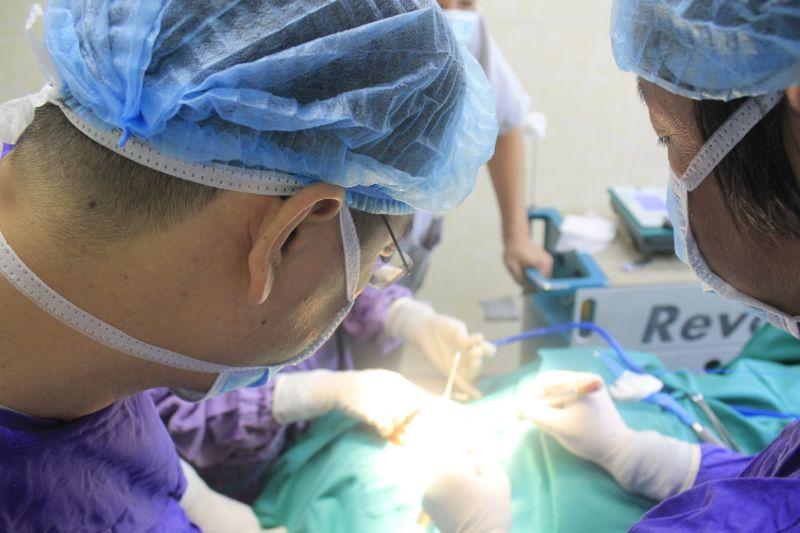 Tưởng bị tưa lưỡi, hóa ra mắc bệnh bạch sản lưỡi tiền ung thư - 1