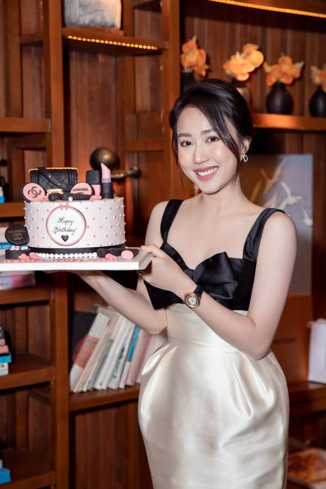"""""""Nữ thư ký tòa án"""" Huỳnh Hồng Loan hiếm hoi khoe vòng 1 lấp ló trong tiệc sinh nhật - 1"""