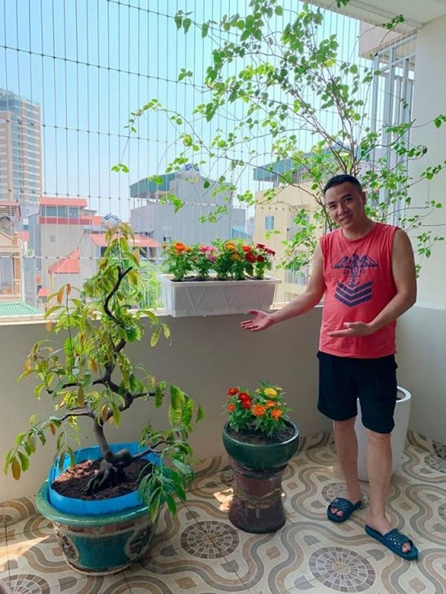 Ông xã Hoàng Linh hào hứng khoe thành quả trồng cây và hoa của mình ở ban công.