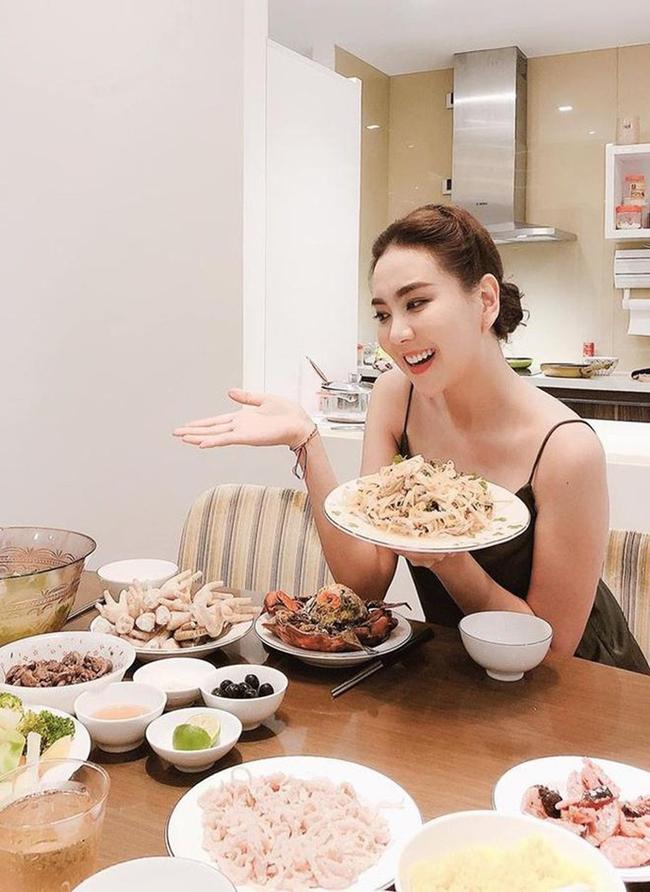 Dù công việc MC bận rộn song mỗi khi rảnh rỗi, Mai Ngọc đều tự tay vào bếp chuẩn bị bữa cơm cho gia đình.