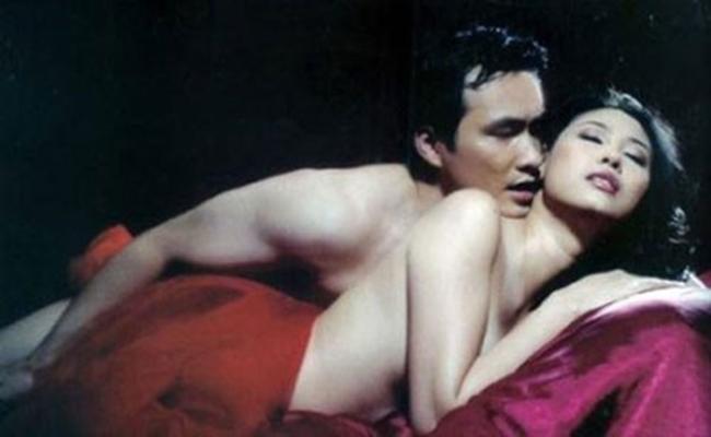 """Vai diễn ấn tượng khác của Hoa hậu Việt Nam 1992 là nhân vật một người phụ nữ hiếm muộn, phải """"nhường"""" chồng cho người phụ nữ khác trong Đẻ mướn. Trong phim, Hà Kiều Anh có cảnh nóng táo bạo cùng nam diễn viên Chi Bảo."""