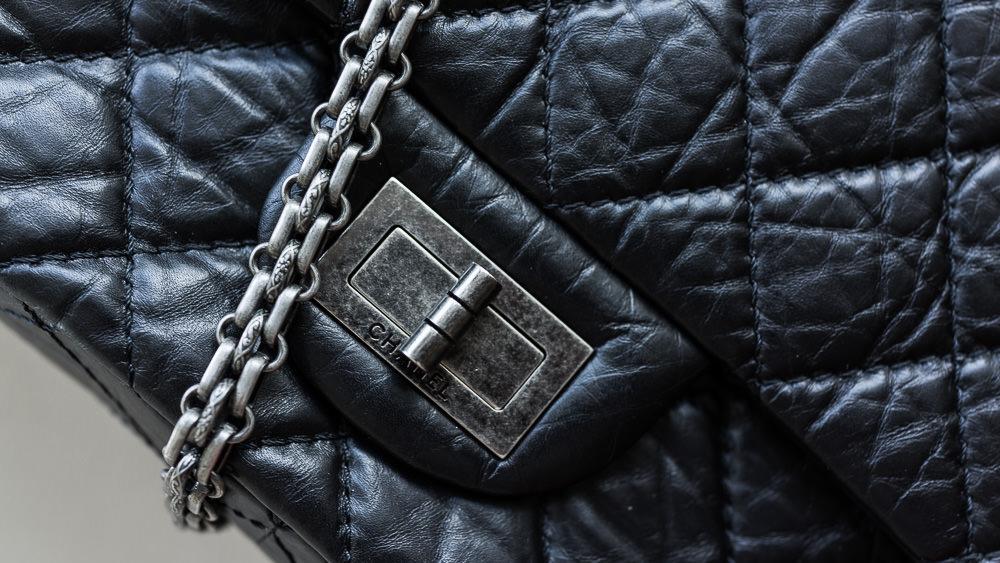 Bí ẩn về chiếc túi kinh điển triệu người mê của Chanel - 1